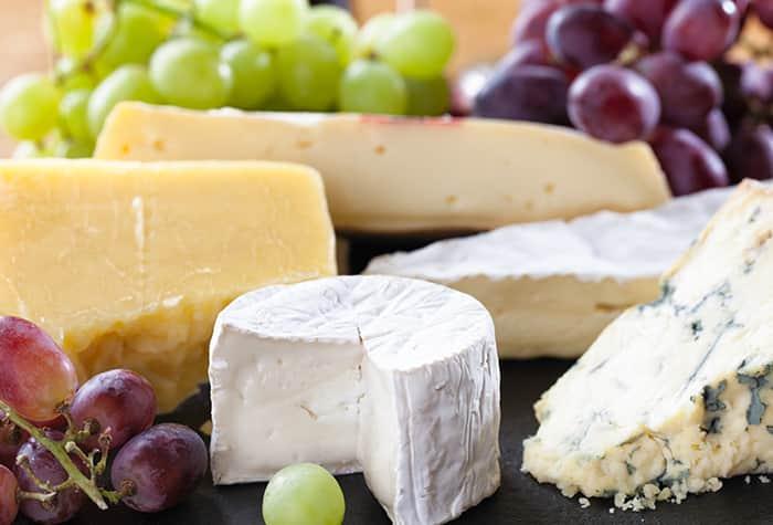 Bandeja de frutas y quesos