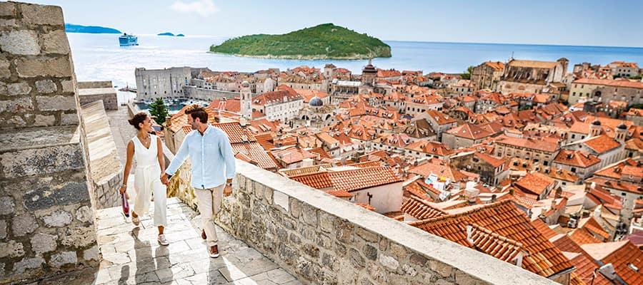 Pasea por la muralla de Dubrovnik, Croacia