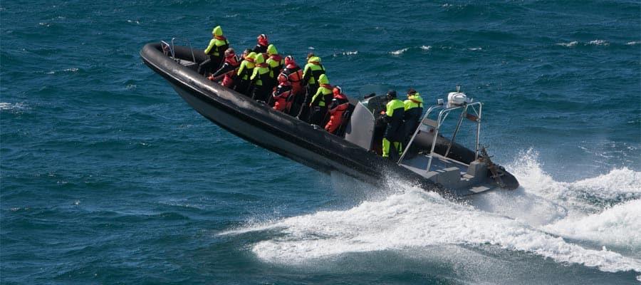 Pasea en lancha a motor cuando visites Alesund en un crucero