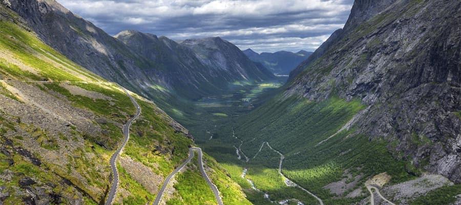 Caminos sinuosos de montaña durante tu crucero a Alesund