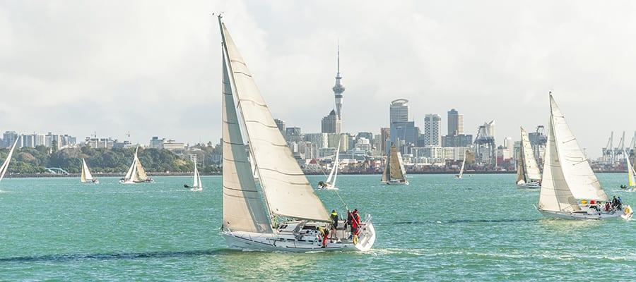 Carrera de yates en el puerto de Auckland