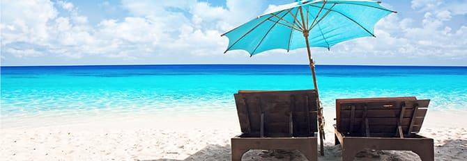 Impactante paisaje de playa con dos tumbonas
