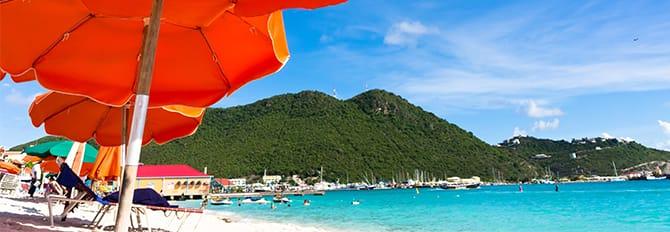 Disfruta del paisaje de la playa y de las aguas cristalinas