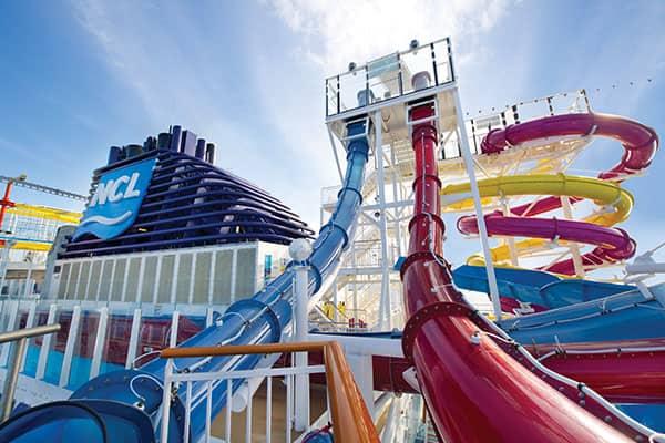 Mantente activo durante tu crucero en el Aqua Park de Norwegian