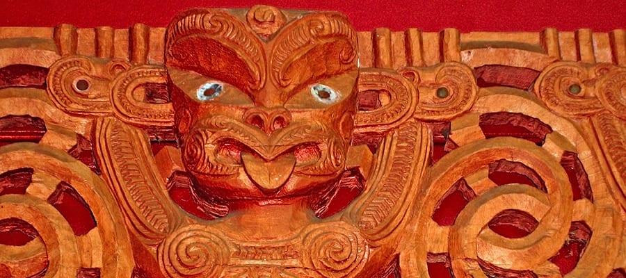 Figura maorí tallada en madera en cruceros a la Bahía de las Islas