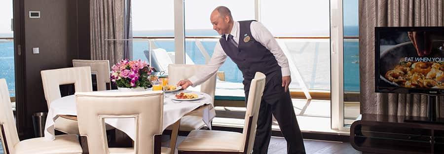 Cena con mantel blanco en la suite