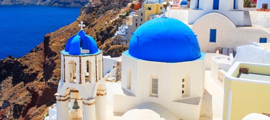 Famosas iglesias con cúpulas azules en un crucero a Santorini