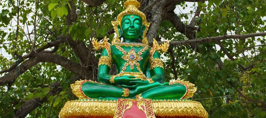 Estatua de Buda cerca de Wat Arun en un crucero a Laem Chabang