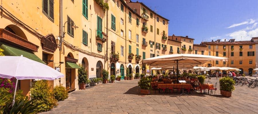 Plaza ovalada en la ciudad en Italia