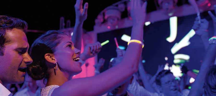 MI.gallery-entertainment-glow-party-on-norwegian-getaway-900x400 - 4