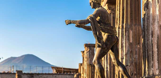Recorre las ruinas de Pompeya bajo la sombra del imponente Vesubio