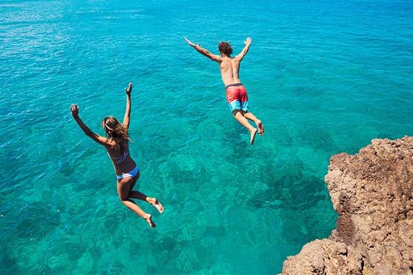 Salta desde un acantilado en tu crucero por el Caribe