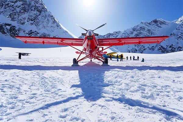 Un hidroavión alistándose para un tour aéreo panorámico por Alaska