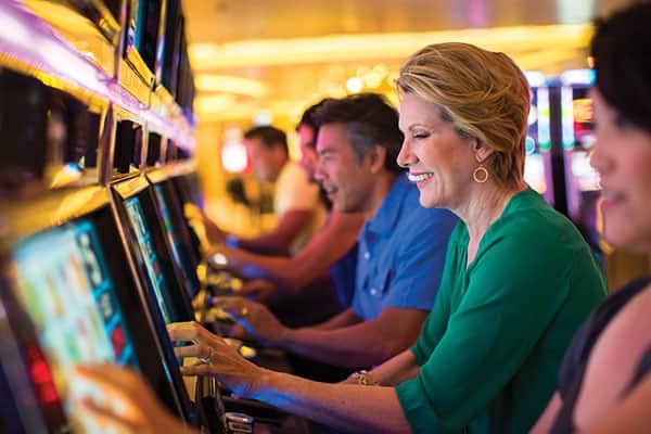 Una manera fácil de divertirte en el casino es en las máquinas tragamonedas.