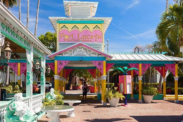 Sal de compras en Port Lucaya en unas vacaciones en Bahamas