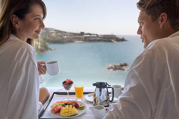 Disfruta el desayuno en tu camarote