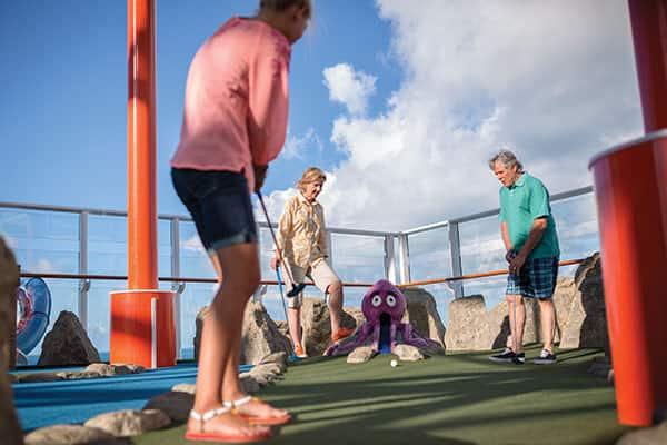 Compite con tus amigos en un partido de minigolf