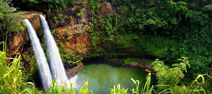 Hermosa cascada en un crucero en Hawái