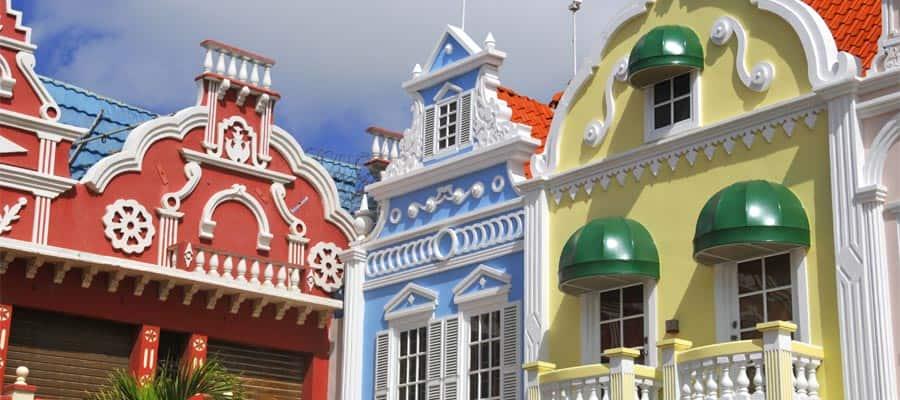 Edificios de colores pastel en un crucero a Oranjestad
