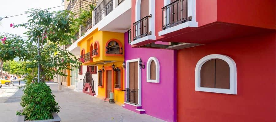 Edificios coloridos en tu crucero por la Riviera Mexicana