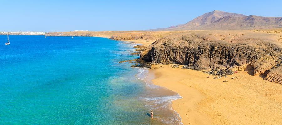 Visita la playa Papagayo en tu crucero a Arrecife