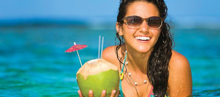 Agua de coco fresca en tu crucero por las Bahamas