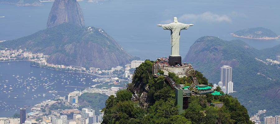 Vista aérea del Cristo Redentor y el Cerro Corcovado en un crucero a Río de Janeiro