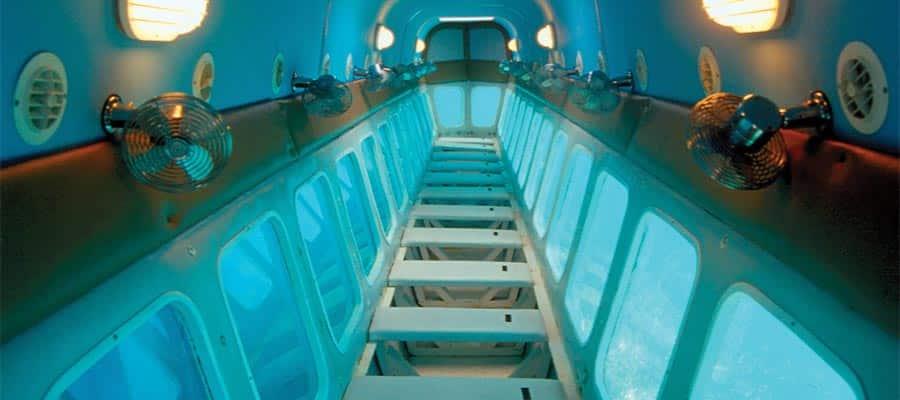 Bote con piso transparente en tu crucero a Roatán