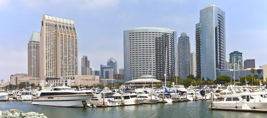 Muelle en el centro de la ciudad en tu crucero por la Riviera Mexicana