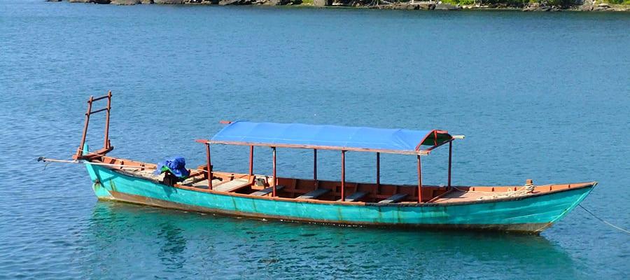 Bote de madera tradicional en Sihanoukville