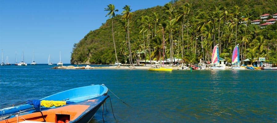 Paisaje verde en la bahía de Marigot durante tu crucero en Santa Lucía