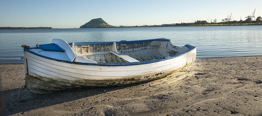 Barca en playa de arena en un crucero a Tauranga