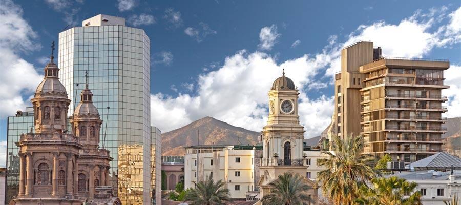 Rascacielos modernos que se mezclan con edificios históricos en Santiago