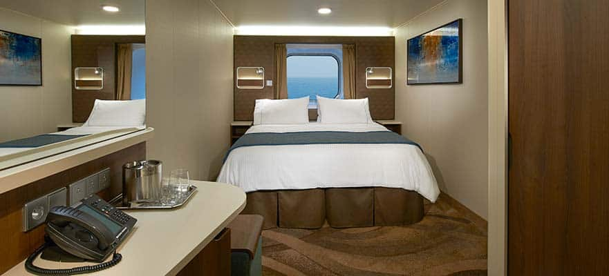 Camarote central con ventana panorámica grande y vista al mar