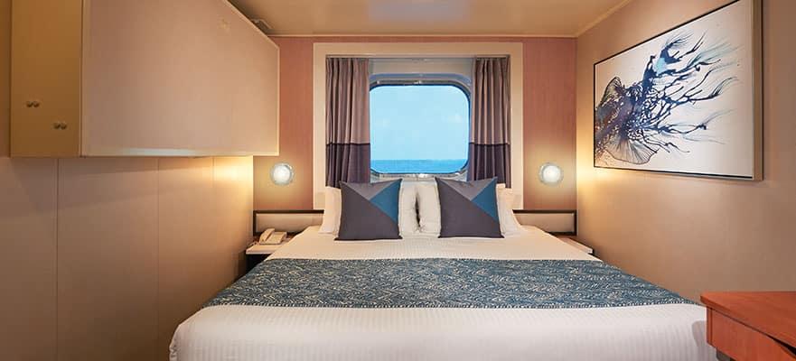 Camarote central con ventana panorámica y vista al mar